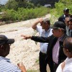 El presidente Danilo Medina señala, durante el recorrido de ayer, los   daños dejados por las constantes lluvias  en los últimos días