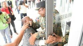 El periodista Ramón Benzán, del Listín Diario, es ultrajado por un oficial en la entrada de la Procuraduría General, una fuente en la cual ha trabajado por más de una década.