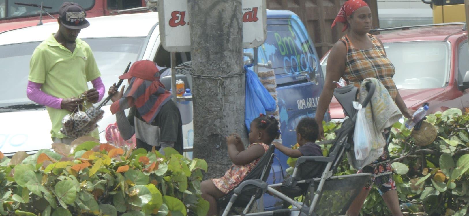 Los pedigüeños y vendedores haitianos copan las vías públicas