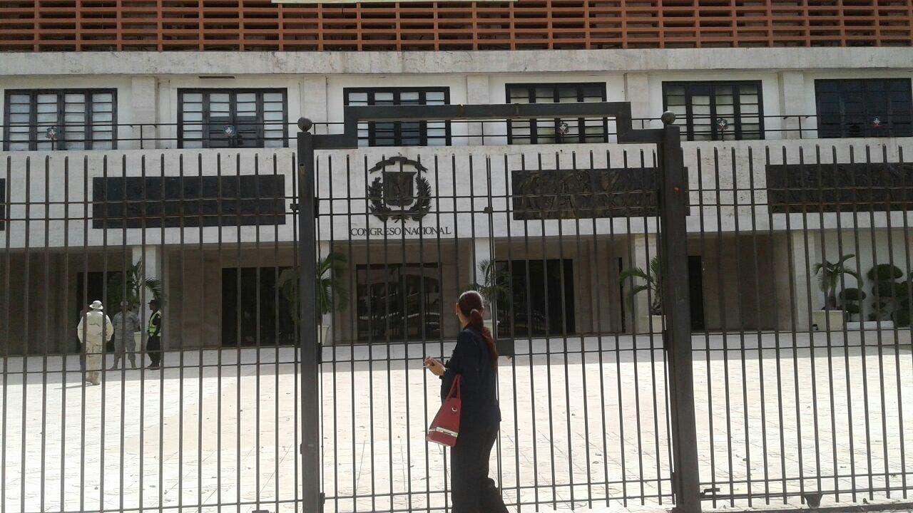 Cierran puerta principal en Congreso Nacional por campamento anticorrupción