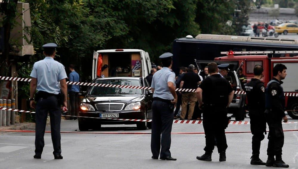 La policía, que ha acordonado la zona, ni confirma ni descarta que haya sido un atentado, que sería el primero contra un primer o ex primer ministro desde 1920.