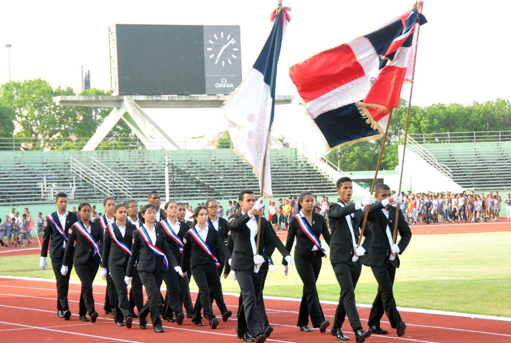 Parte de los atletas y la banda de honor durante la ceremonia de los Juegos Nacionales Salesianos.