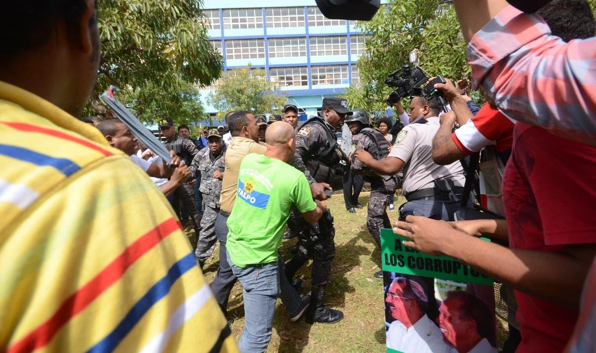 Momentos en que se produjo un forcejeo entre los jóvenes de Marcha Verde y agentes policiales.