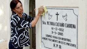 Altagracia Castaños lavaba ayer la tumba de su madre, la  cual cuida con esmero y visita siempre.