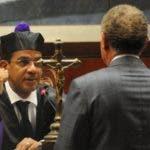 El juez Francisco Ortega recibe credenciales de Ángel Rondón. durante una de las audiencia del caso Odebrecht.
