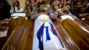 Familiares de cristianos coptos asesinados en un ataque a un autocar rodean sus féretros durante un funeral, en la catedral de Abu Garnous, en Minya, Egipto, el 26 de mayo de 2017. (AP Foto/Amr Nabil)