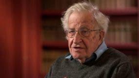 """Noam Chomsky concluye que Lula da Silva, """"uno de los presos políticos más significativos del período actual, es mantenido en aislamiento para que el golpe de Estado blando"""" que supuestamente ocurre en el país """"pueda seguir su curso""""."""