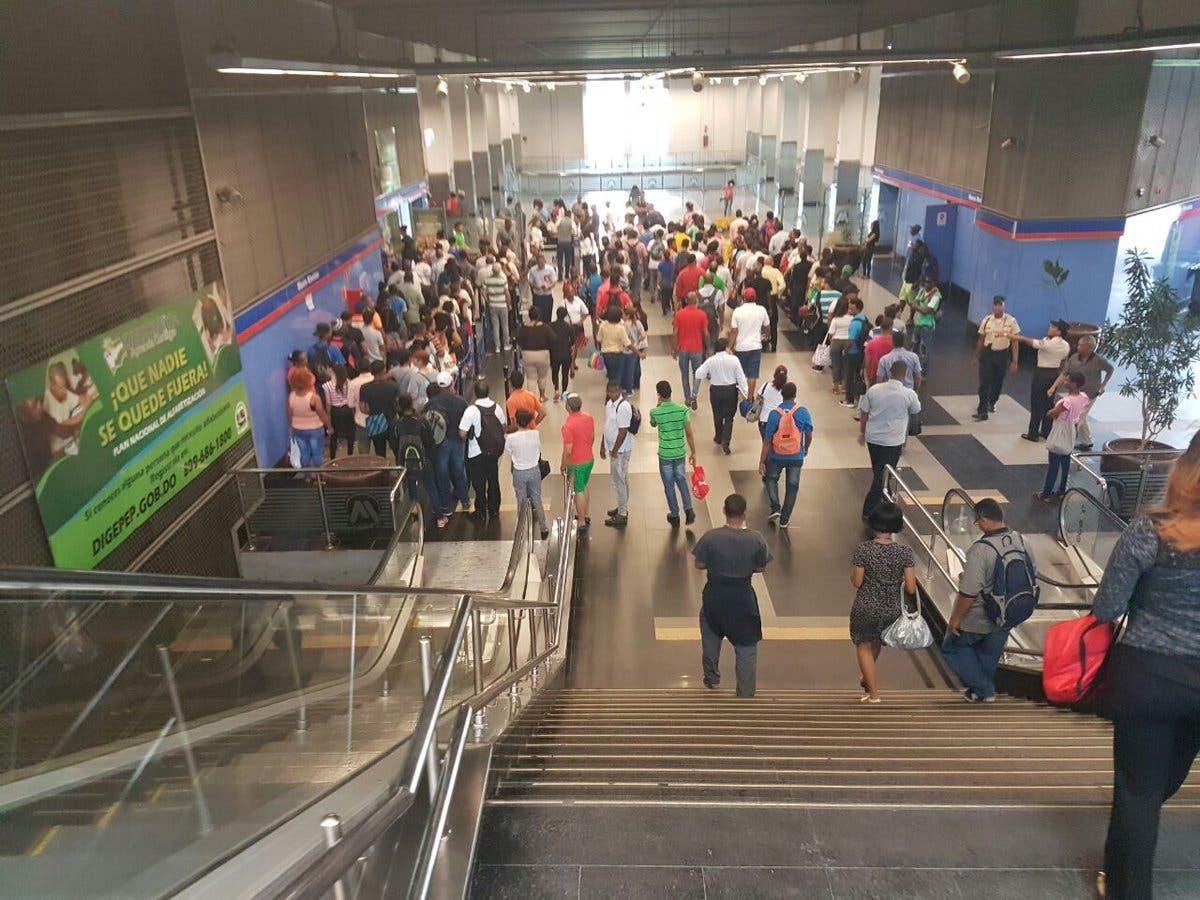 Usuarios se amontonan en estaciones luego de falla en el servicio. Foto tomada de Telenoticias