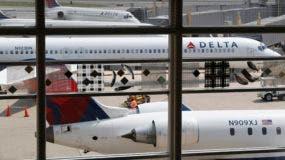 Fotografía de archivo del 8 de agosto de 2016 muestra aviones de Delta Air Lines estacionados en el Aeropuerto Nacional Ronald Reagan Washington, en Washington. (AP Foto/Carolyn Kaster, archivo)