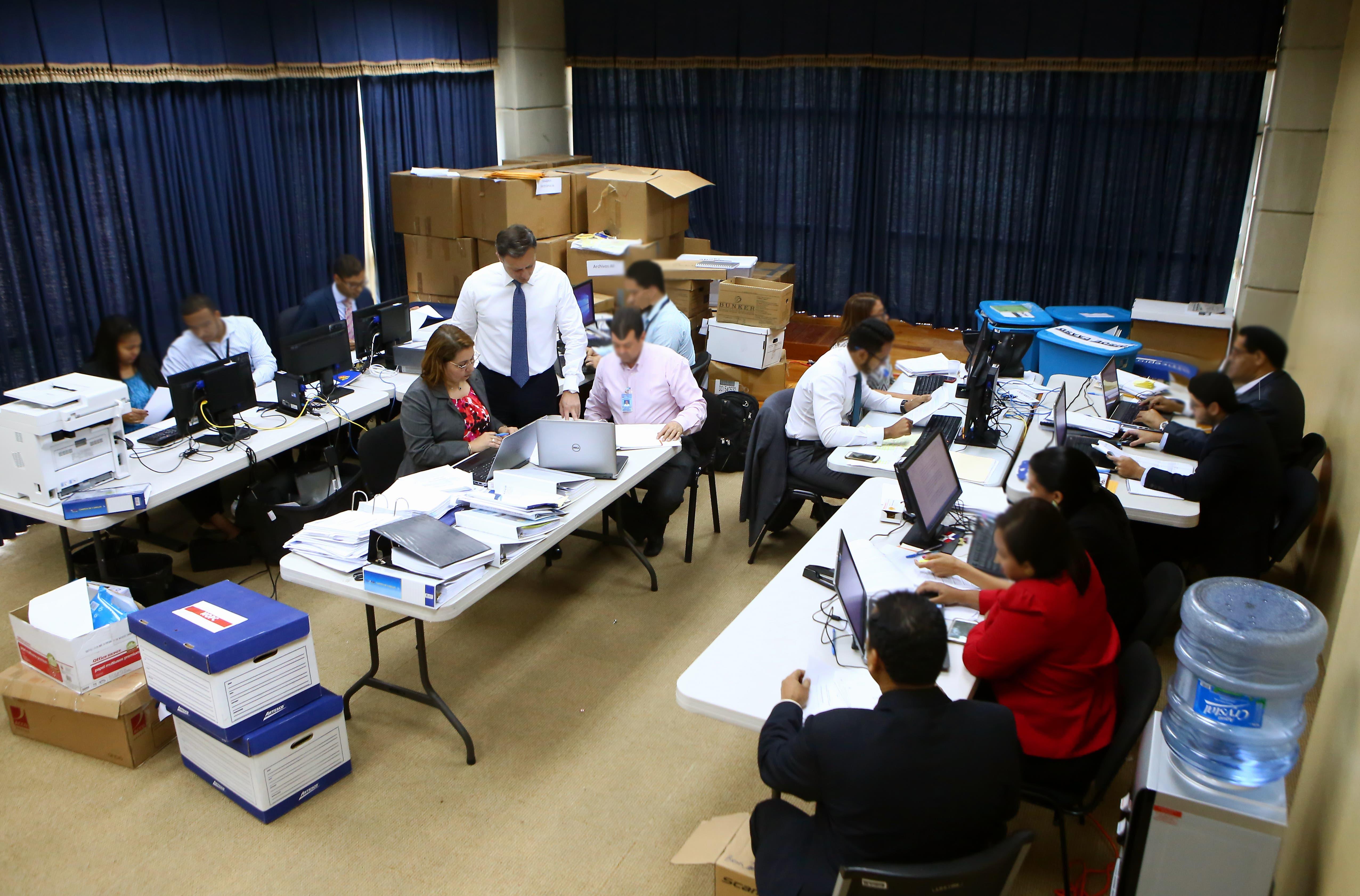 El procurador Jean Alain Rodríguez mientras revisaba la documentación recibida desde Brasil.