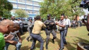 La Policía impidió que los manifestantes instalaran un campamento anticorrupción frente a la Procuraduría. Foto: Pedro Sosa.