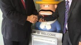 el-embajador-hector-dominguez-saluda-a-uno-de-los-ejecutivos