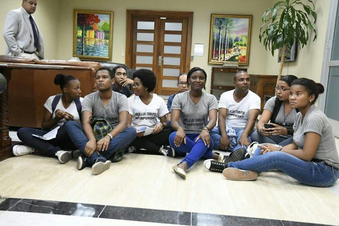 Jóvenes ocupan la cuarta planta de la Procuraduría en demanda de acción contra los corruptos