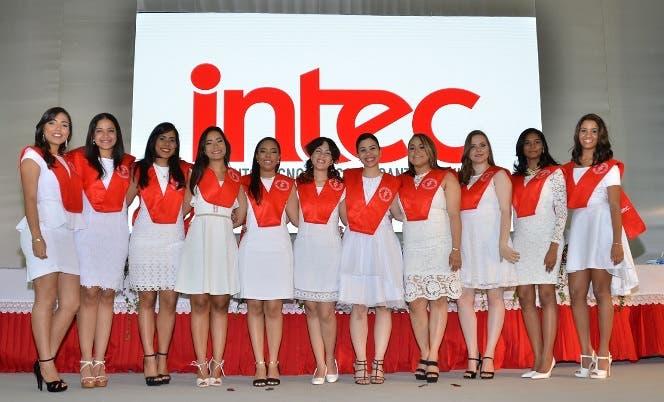 Doce ingenieras se destacan entre más altos índices en graduación INTEC