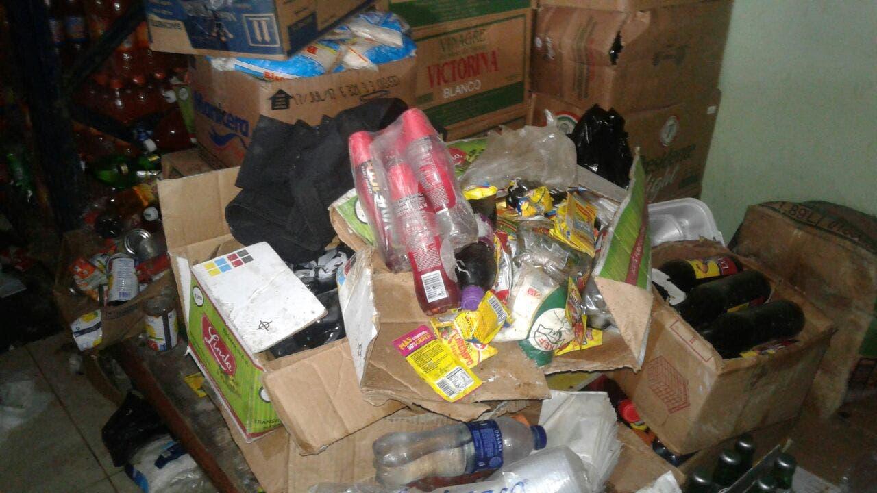 Pro Consumidor suspende venta de colmado tras hallar más de 2 mil productos dañados y plagas