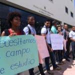 Estudiante de la Facultad de Humanidades de la UASD protestan frente a la OISOE , en reclamo de las terminación de los trabajos en el departamento de Idiomas. Elieser Tapia.