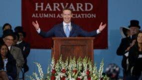 Mark Zuckerberg, fundador de Facebook, al iniciar un discurso de graduación en la Universidad de Harvard, EE.UU., de la que se retiró antes de obtener un título.