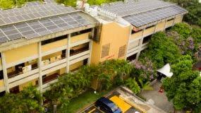 La universidad ha instalado 1,300 paneles solares en distintos edificios de su campus académicos.