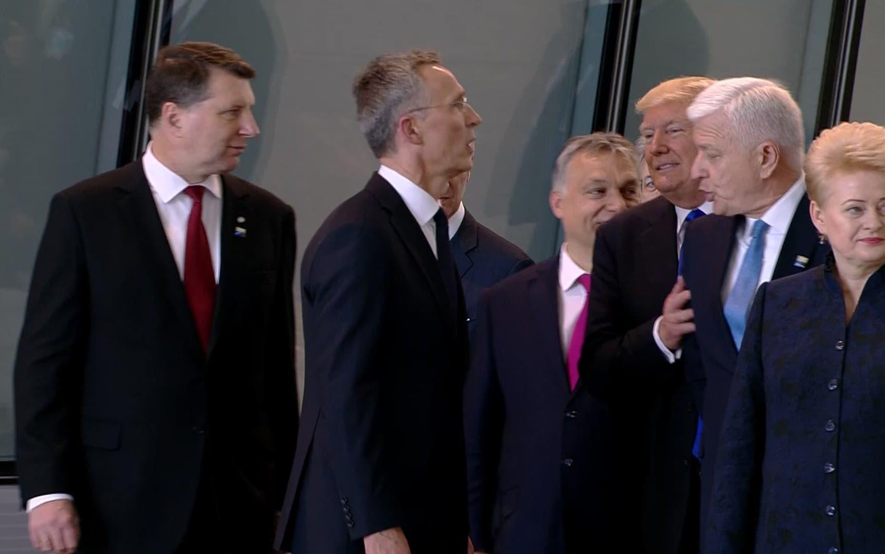 En esta imagen se aprecia cuando el primer ministro de Montenegro, Dusko Markovic, aparentemente es empujado por Donald Trump durante una reunión en la sede de la OTAN.