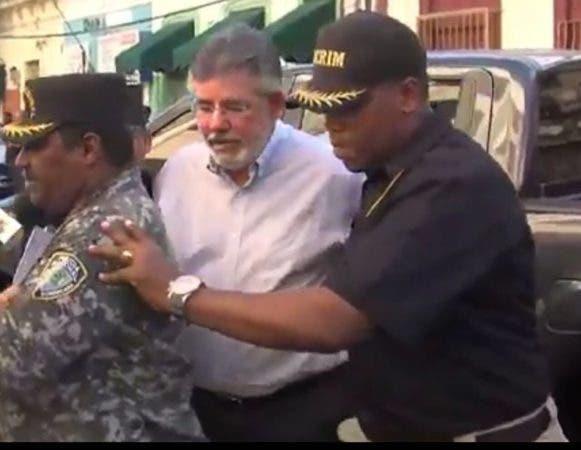 Víctor Díaz Rúa, exministro de Obras Públicas, al momento de ser conducido en calidad de arrestado al Palacio de Justicia.