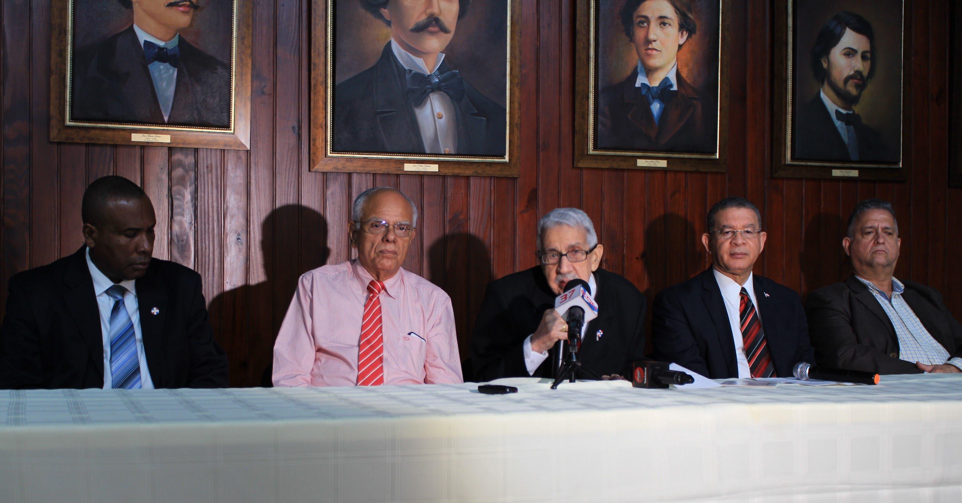 Víctor Zabala, gobernador de la Casa y Museo de Duarte; Julio Rodríguez Grullón, secretario de la junta directiva del Instituto Duartiano;  José Joaquín Pérez Saviñón, presidente;  Wilson Gómez Ramírez, vicepresidente, y José Moreno Duarte, tesorero.
