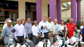 La entrega la hizo el cónsul general de la República Dominicana en Japón y presidente del PLD en la provincia Hermanas Mirabal, Carlos Cepeda, al alcalde de Villa Tapia, José Ernesto Abud.