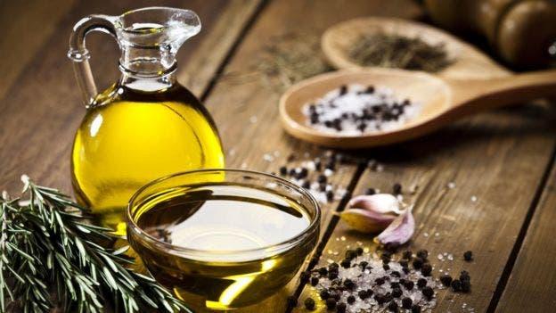 En comparación con otros aceites o grasas para freír, el de oliva y el de colza son más estables cuando se calientan porque son más ricos en ácidos grasos saturados y monoinsaturados.
