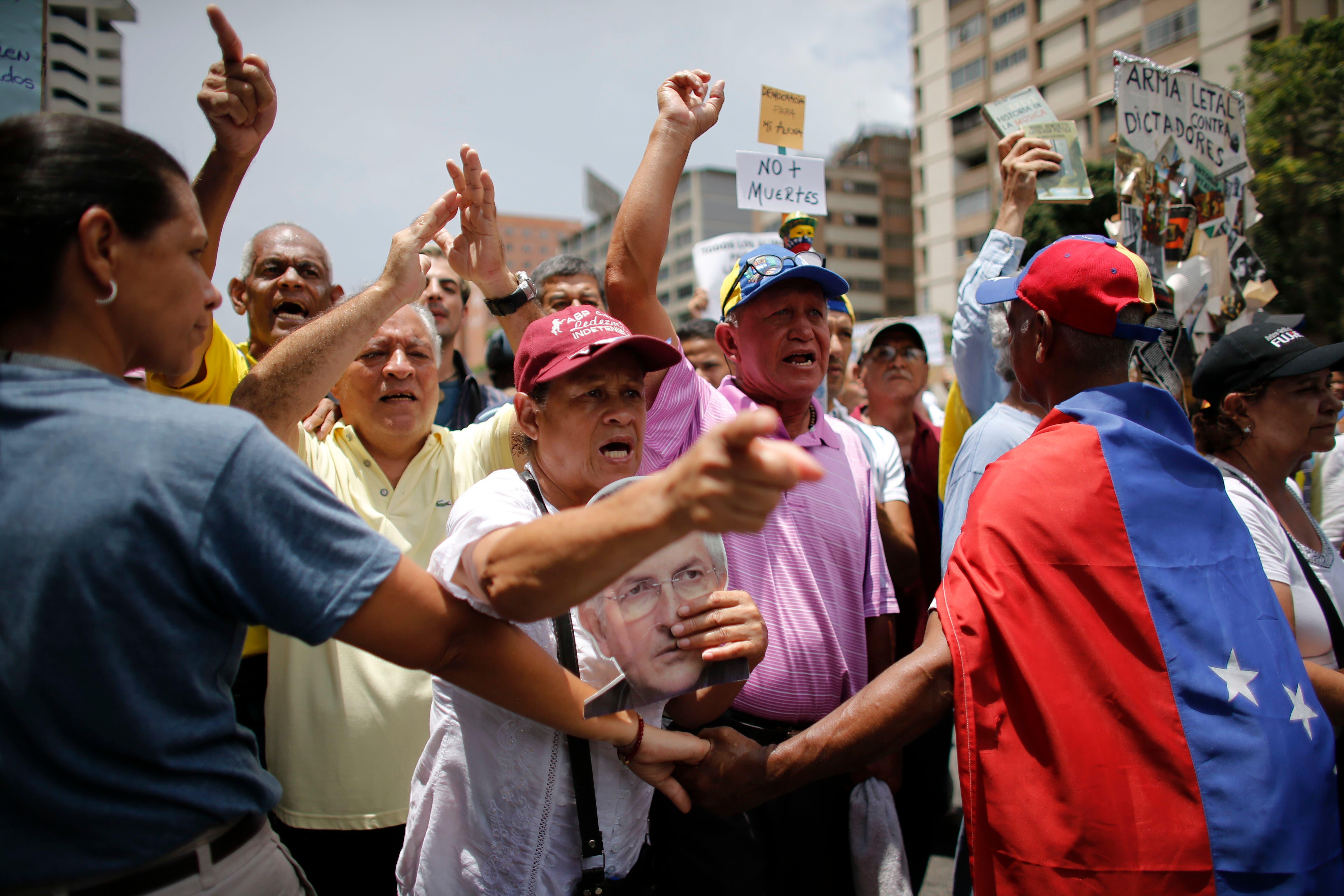 Policías dispersan gas pimienta en marcha de ancianos en Caracas