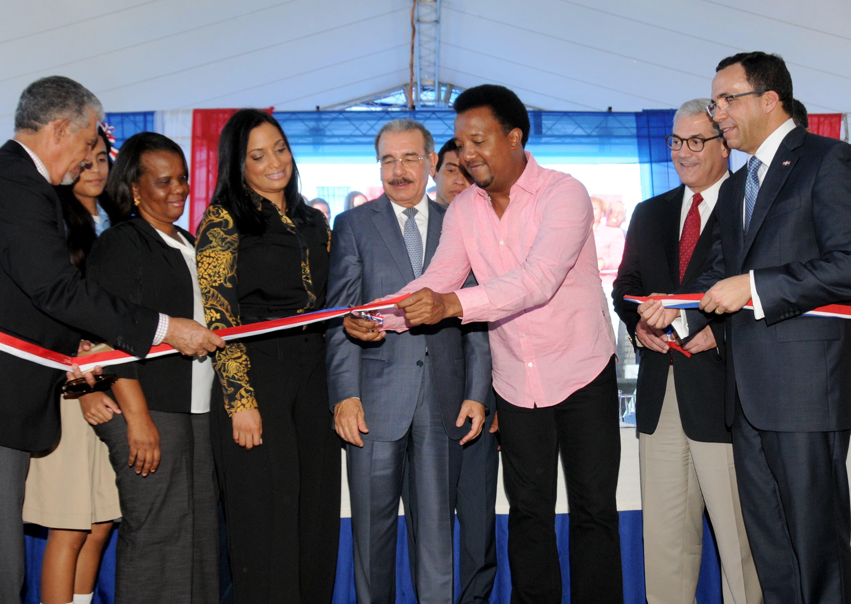 Danilo Medina entrega un liceo nuevo y otro ampliado en Santo Domingo Este