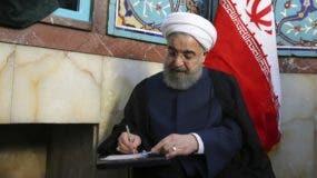 Fotografía difundida por la Presidencia de Irán, del presidente Hassan Ruhani votando en Teherán, Irán. (Oficina de la Presidencia de Irán vía AP)
