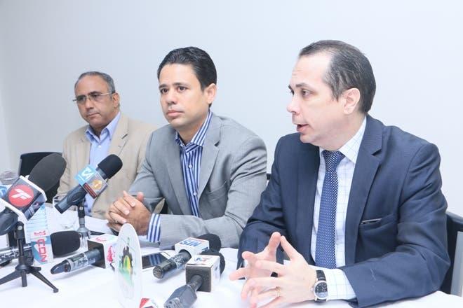 El presidente de la Asociación de Comerciantes e Industriales de Santiago (ACIS), Carlos Guillermo Núñez. A su lado, Sandy Filpo y José Octavio Pérez.