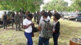 La Policía llegó primero que los manifestantes al lugar donde iba a ser instalado el campamento. Foto: @InformativosTA