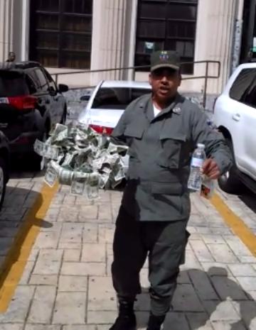 Teniente coronel suspendido lleva bandeja de «dólares» simulando comida a detenidos por Odebrecht