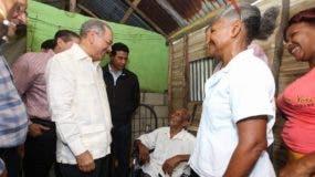 Danilo Medina conversa con Francisco Jiménez López, cuya cédula indica que nación en 1900.
