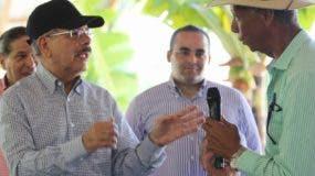 El presidente Danilo Medina escucha productores de Fundación.