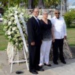Miembros de la Fundación Corripio ante  estatua del Inmigrante.