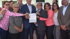 El ministro José Ramón Peralta  entregó los RD$5 millones.