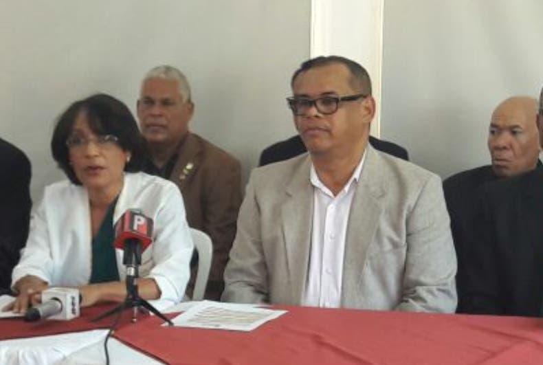 Fidel Lorenzo Merán acompañado de otros miembros de entidad.
