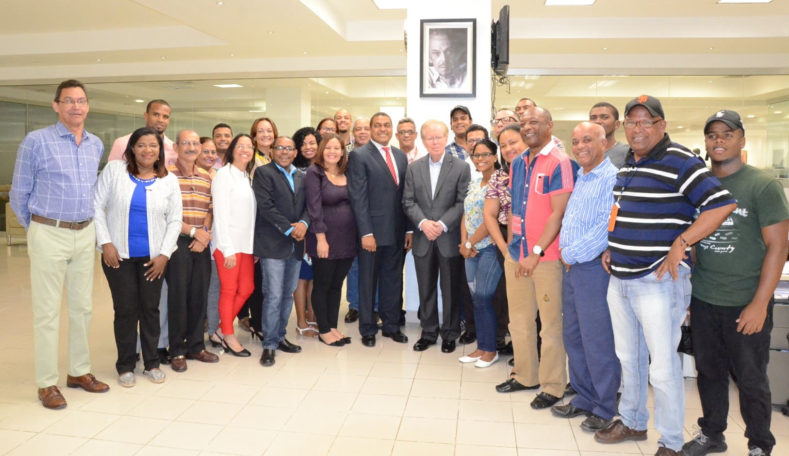 Parte del personal de la redacción de EL DÍA junto a José Luis Corripio y José P. Monegro tras el anuncio de la designación.