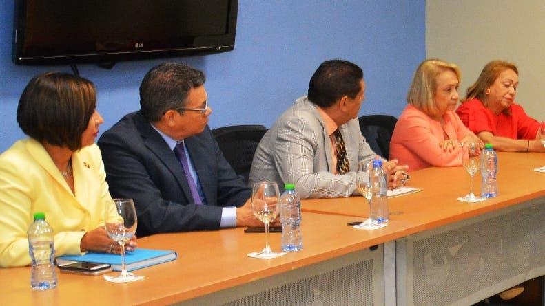 Funcionarios de Industria y Comercio reunidos con Nelson Toca.