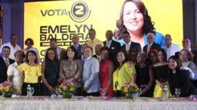 Emelyn Baldera junto a parte de los cronistas que la respaldan.