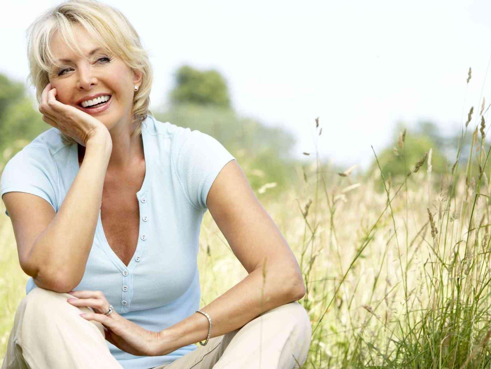 Aparecen los signos de envejecimiento facial: arrugas, pliegues, surcos, manchas, flacidez, ojeras, bolsas y fatiga en  contorno de ojos.