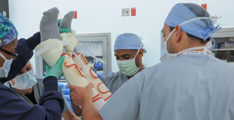 Los cirujanos  utilizan fluoroscopía de rayos X en tiempo real.