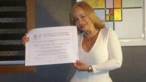 Miriam Cruz muestra el pergamino otorgado por la Unesco