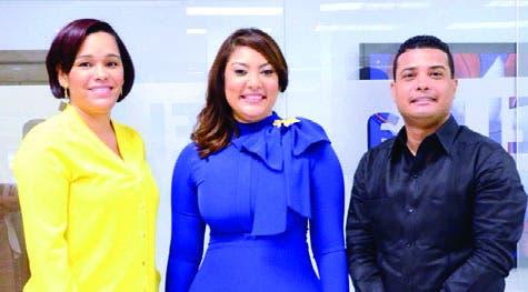 La Ministra junto a los   periodistas Joan Vargas y Dayana Acosta.