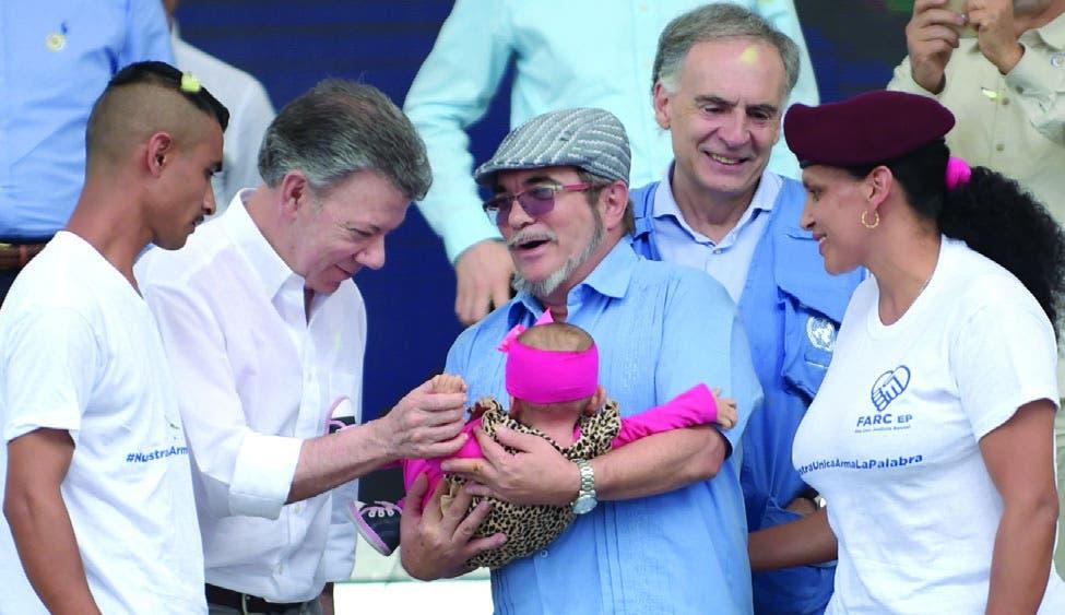 El presidente de Colombia, Juan Manuel Santos, y el líder de las FARC, Rodrigo Londoño, dieron por cerrado el largo conflicto.