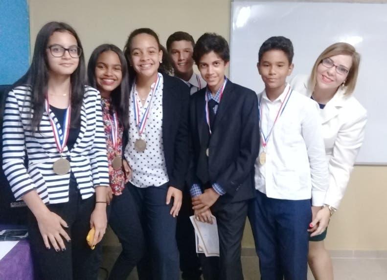 Alumnos finalistas  y destacados en oratoria del MLC  School junto a Virginia Pardilla.