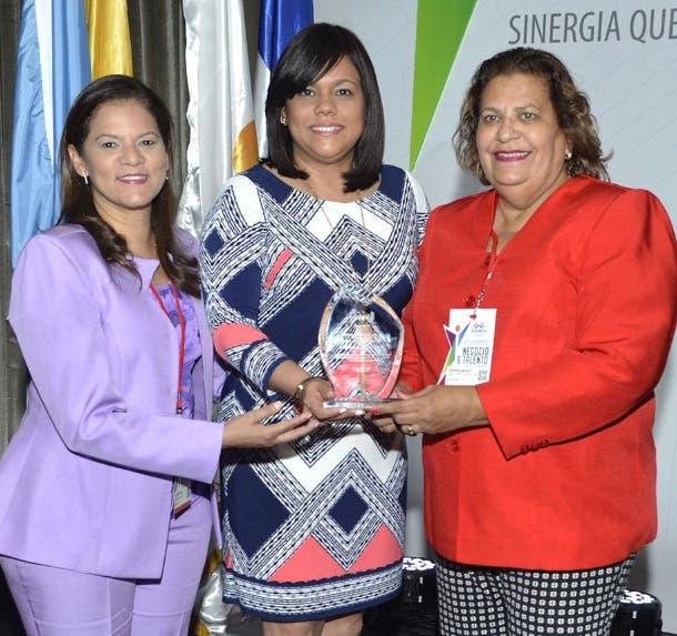 Lourdes Gómez, Claudia Brito  y Amarilis García.