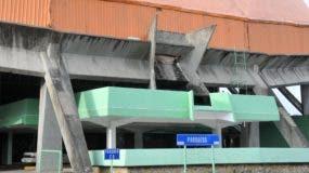 Vista parcial del Palacio de los Deportes Virgilio Travieso Soto, la casa del baloncesto en Santo Domingo, cuyo deterioro se acentúa cada vez más, impidiendo ser utilizado para lo que fue concebido.