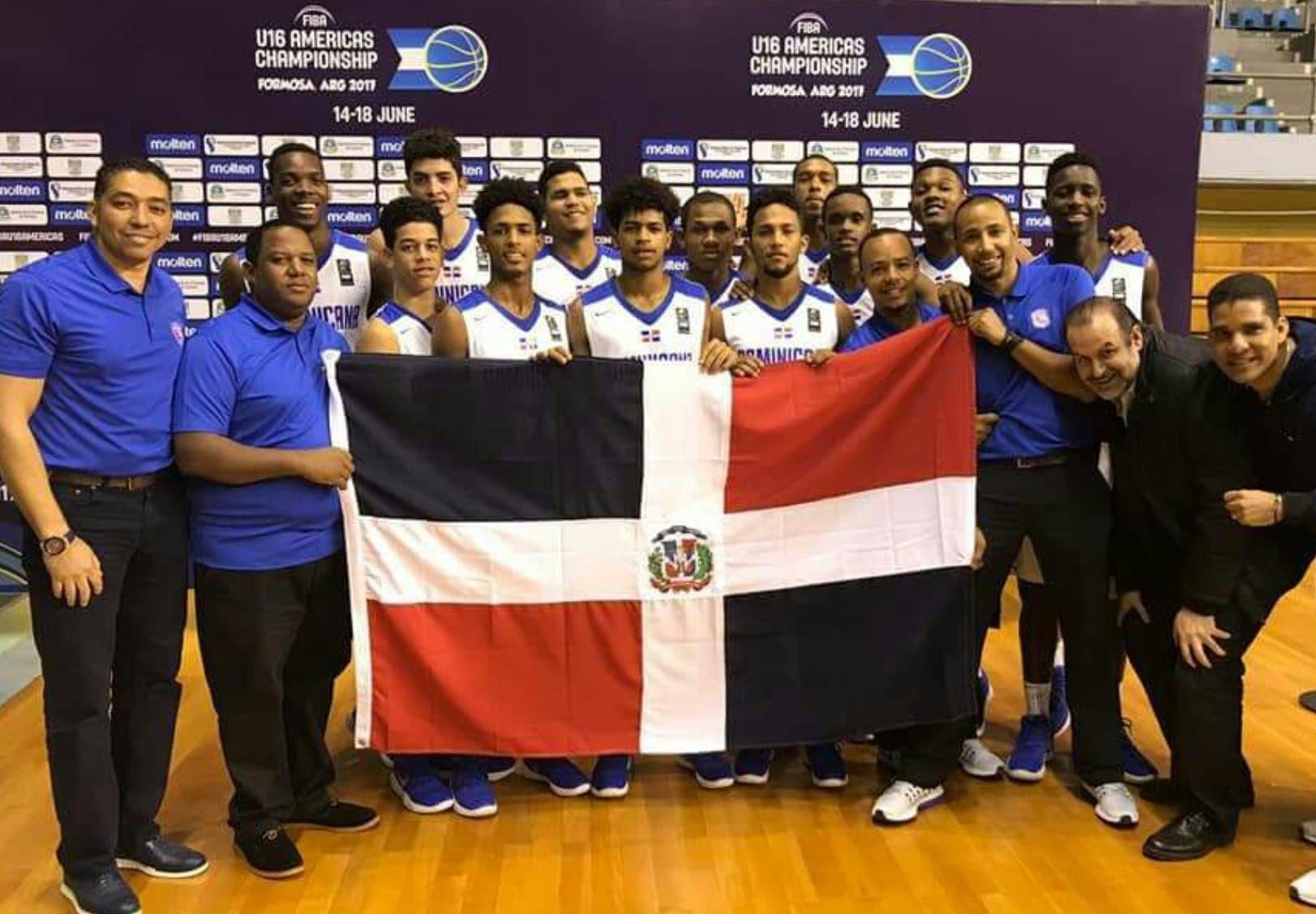 El equipo dominicano junto a los dirigentes  celebran luego de la victoria frente a México y su avance al Mundial U-17.